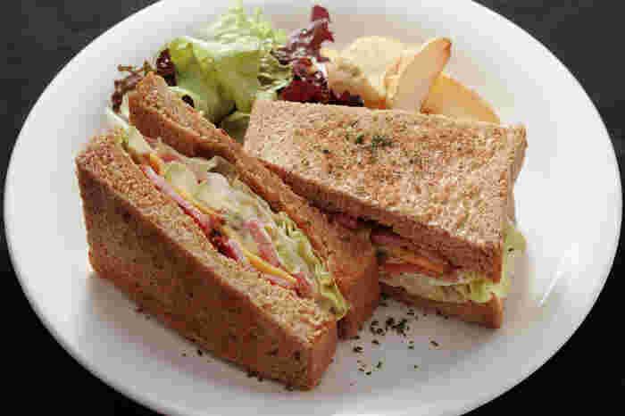 日替わりを入れたランチメニューはどれも絶品。パスタやサンドイッチ、カレーなどから選べます。いろいろなメニューを食べてみたくなります♪