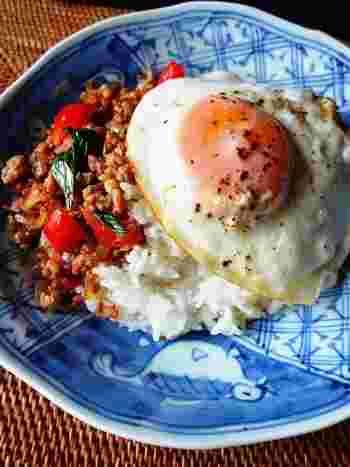 バジルを加えることで本場に近い味わいが楽しめます。しっかりとした味付けなのでもりもり進みます。卵を絡めて食べると、まろやかな味わいになってさらに美味しさアップ!