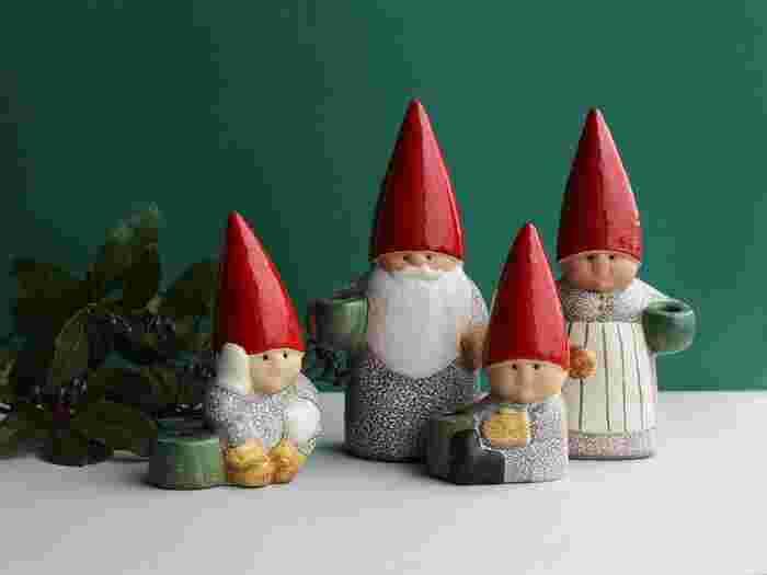 目が合うたびに気持ちが和むような、可愛いサンタクロースのオブジェを飾るのもいいですね。こちらは、つぶらな瞳で見つめてくるサンタクロースの家族たち。日本でも大人気の陶芸アーティスト、リサ・ラーソンが手がけた作品です。それぞれキャンドルを立てることもでき、火をともして並べればリサが描く優しいクリスマスの世界が広がります。