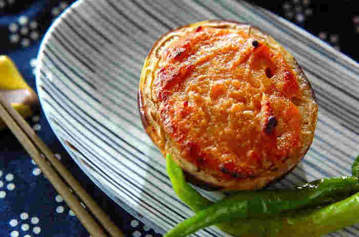 京都の夏を代表する野菜・賀茂ナスを油で揚げて、こってりとした甘味噌と共にいただきます。表面は甘みがあって香ばしく、 中身はトロッとした食感が美味しい一品です。賀茂ナスが手に入りにくい場合は、米ナスや長ナスを使って作ることもできます。