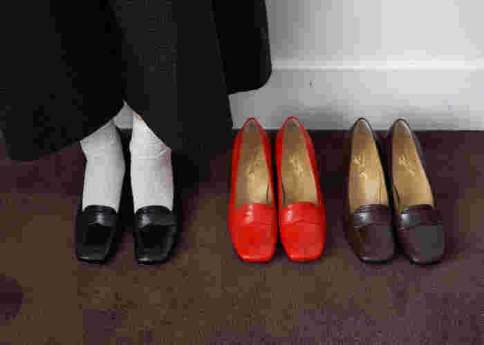 ローファーはそのデザインによってエレガントな女性らしさやクールでマニッシュな雰囲気など、いろいろなイメージを楽しむことができる靴のひとつです。クラシカルな印象もあるので、ローファーをチョイスすると全体をきゅっと引き締め、端正な表情を醸し出すという効果もあります。