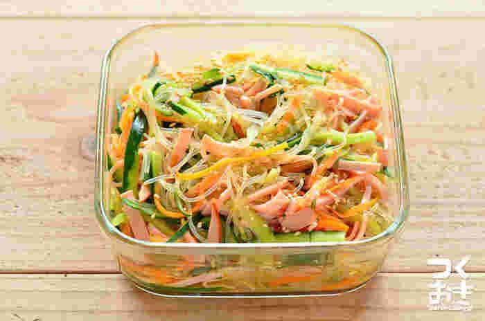 少しボリュームのある箸休め。きゅうりやハムで作る中華春雨は、冷やして食べるのがおすすめです。野菜がたっぷり摂れるので、ダイエット中の方にも◎ 3日ぐらい日持ちするので、1日1回は具を下から混ぜ合わせて味をなじませましょう。