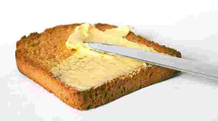 それを踏まえて、美味しいトーストの作り方をご紹介。まずパンだけを焼いてから一旦取り出し、バターを塗って再度オーブンに戻します。そのバターが溶け出したらオーブンから取り出せば、バターの香りが最高のときにいただけますよ。