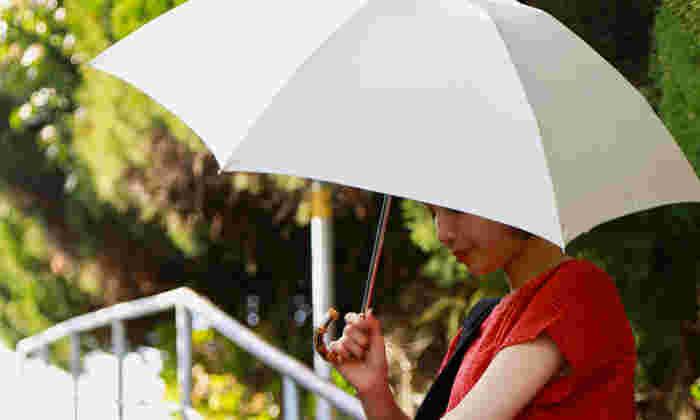 こちらは折りたたみの雨傘ですが、日差しの下でも映えるデザイン。畳むととってもコンパクトなので、バッグに忍ばせておけば晴雨兼用としても活躍しそう。