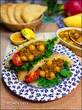 こちらは本格派、食べ応えバツグンの豆のカレーのピタパンサンドです。材料は種類が少し多めですが、そろえてしまえば手順はそれほど難しくありません。スパイスはガラムマサラで代用、またはハーブなしでも作れます。玉ねぎにひき肉を加えて炒めて、トマト、スパイス、ハーブなどと一緒に煮込みます。15分くらい煮込んだら、味付けして、ひよこ豆を入れてさっと煮込んだら完成。レタスやミニトマトなどと一緒にピタパンにたっぷり挟みましょう♪