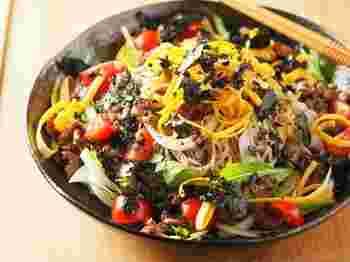 ご自身やご家族の健康を願って食べるなら、野菜がたくさん食べられるこのサラダそばがおすすめです。お肉も入っているので、満足感もばっちり。