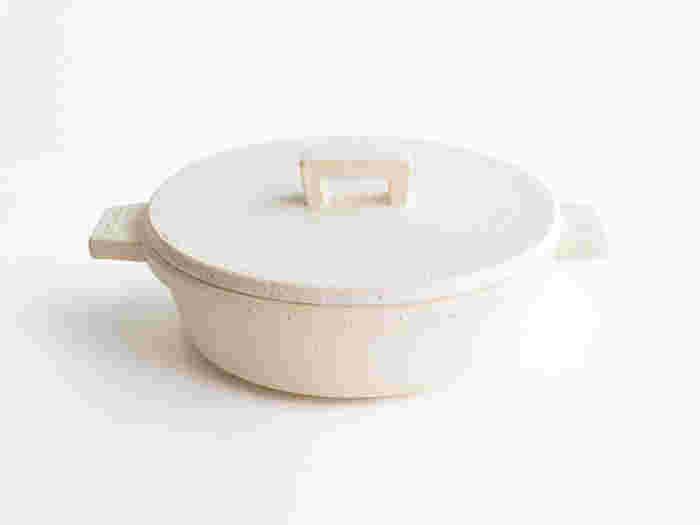 伊賀焼の窯元・長谷園からは、機能的でユニークな土鍋がたくさん登場しています。中でもおすすめなのが「ビストロ土鍋」。土鍋の概念にとらわれない、斬新でスタイリッシュな土鍋です。本体に使用されている伊賀の粘土は、蓄熱性に優れた素材。グツグツじっくり煮込むお鍋にぴったりですね。