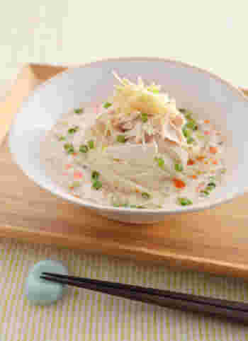 こちらも鶏ささみを使ったレシピです。ささみはレンジで加熱するのでとっても簡単!蒸した時に出る汁も、無駄なくスープに使います。レシピではスープを冷やしていますが、にゅうめんとして食べるのもよさそうですね。