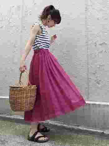 鮮やかな色のスカートと今年も流行中のナチュラル素材のカゴをあわせたレディライクなコーデも、足元でちょっとカジュアルダウン♪垢抜けコーデの完成です。