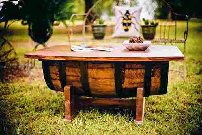 木の樽をテーブルにリメイク。どっしりとした安定感があります。ナチュラルな木の質感が芝生に良くマッチしていますね。
