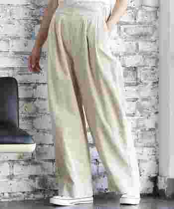 着るだけでなんとなくおしゃれな雰囲気に見える、白系のワイドパンツ。ワントーンコーデに使っても、あえて濃い色のトップスと合わせても素敵。