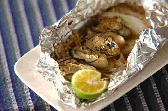 牡蠣に生姜たっぷりのたれをからめ、ゆったりとアルミホイルで包んでオーブンで焼きます。うまみを一切逃さず閉じ込めた、贅沢な味わい方です。包みを開けたときの香りの良さもたまりません。