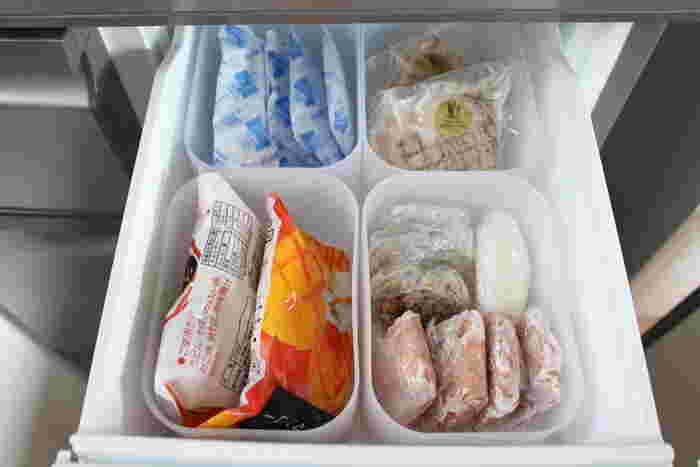 冷凍庫の小さい引き出しに、このボックスが4つちょうど収まりました。小さいパックの冷凍食品や、保冷剤、離乳食用の食材ストックなど、細々したものを仕分けして入れて。