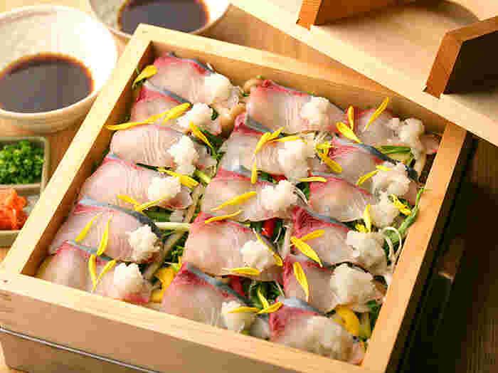 渋谷区神南にある個室居酒屋、蒸し屋清郎(むしやせいろう)。 ここでは、檜のせいろを使ったせいろ蒸しのプランが楽しめます。  こちらは、人気の【かんぱちと水菜の蒸篭蒸し】