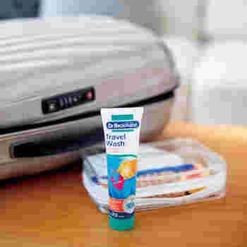 ちょっとした選択に便利な「トラベルウォッシュ」です。チューブタイプで少量で使えるから、マスクの洗濯にも便利です。ジェル状だから、水にも溶かしやすい。