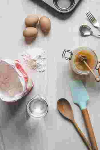 お菓子作りをするときには、必要な材料は室温に戻しておきます。材料に温度差があるとうまく混ざらなかったり、分離やダマの原因になることがあります。  バターは指で押すとすぐつぶれる程度、卵は触ってみて冷たさを感じない程度が目安です。小麦粉などを冷蔵庫で管理している人は、忘れずに一緒に常温に戻しておくようにしましょう。