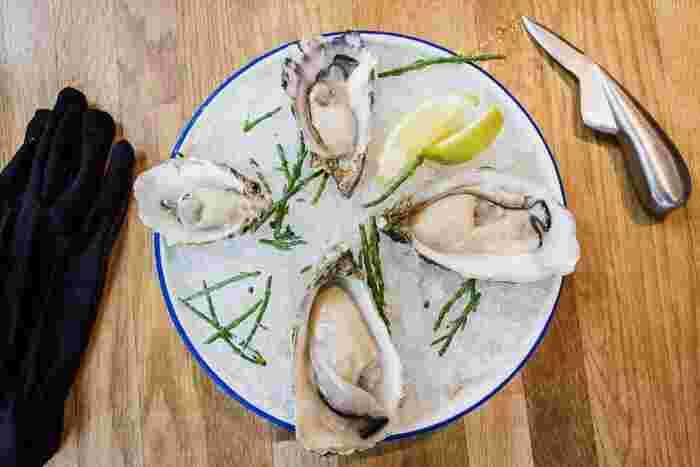 牡蠣、豚レバー、ごま、パルメザンチーズ、アーモンドなどに含まれています。亜鉛は、クエン酸やビタミンなどと一緒に摂ると、吸収率がアップするといわれていますよ。亜鉛は髪以外にも体の中でさまざまな働きを担っています。しかし、比較的不足しやすい栄養素なので、意識して食べるようにしましょう。
