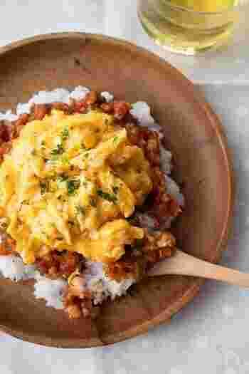 ご飯の上に、ベーコン、玉ねぎ、ピーマン、トマトケチャップで作ったソースをのせ、その上にスクランブルエッグを盛り付けます。オムライスの形を作るのが苦手…という方も、これなら綺麗に盛り付けられます♪
