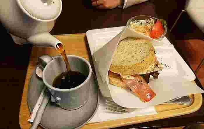 メニューは、コーヒーをはじめ、飲みものでは、紅茶やハーブティー、クリームソーダ、「100%りんごジュース」ほかのメニューが揃っています。軽い食事では、米粉のワッフルやサンドイッチやなど。