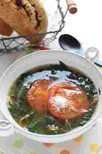 モロヘイヤのとろりみがクセになる野菜スープです。焼きトマトをのせて栄養もばっちり◎