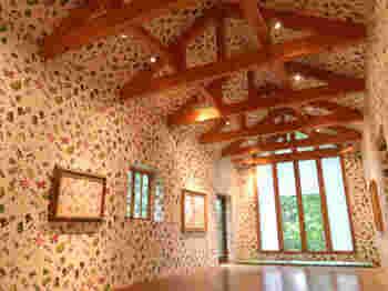 六花の森内にある「花柄包装紙館」は、誰もが一度はみたことがある六花亭の包装紙のデザインが天井と壁にあしらわれた建物です。可愛いデザインを背景に、写真を撮るのがおすすめです。