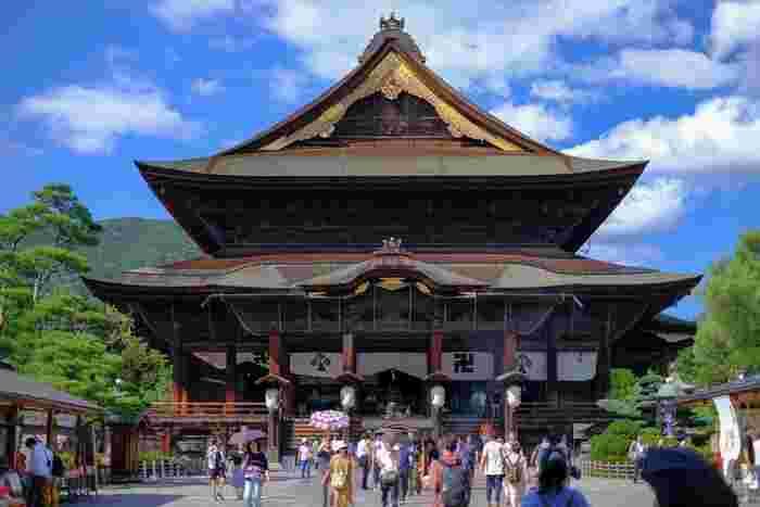 長野市内にある「中尾山温泉」は、長野県の観光名所「善光寺」観光の拠点におすすめの場所。長野駅や長野ICから車で約20分という好立地な温泉です。武田信玄らの傷を癒した湯治場として知られています。
