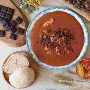 スパイスの効いたチョコレートソースで鶏肉を煮込むメキシコ料理「モレポブラーノ」と、フォカッチャのセット。日本ではあまり馴染みのないメキシコの伝統料理を自宅で手軽に楽しめます。