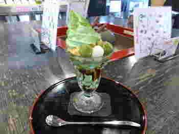 1年を通しての人気の「まかないパフェ」。店内の石臼で挽いた抹茶を練り込んでいるので、香りが良く濃厚な風味です。