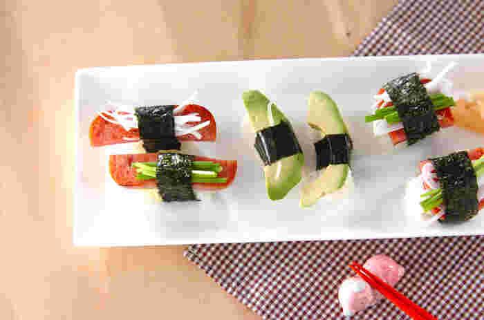 ポークランチョンミートのスパムむすびも美味しいけれど、すし飯とも相性バッチリ。ポークランチョンミートだけのお寿司も美味しいし、細ネギや玉ねぎを一緒に巻いても美味しくいただけます。