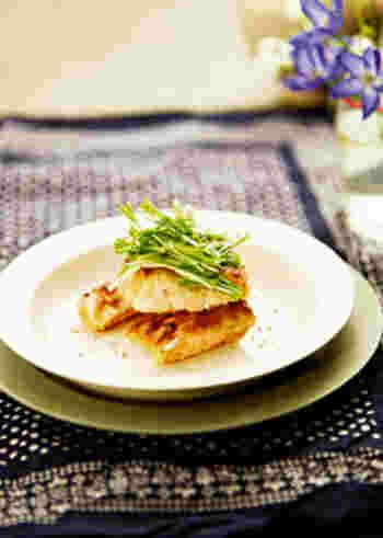 盛り付け方次第でこんなにおしゃれな一品に見違える、鮭を使ったお料理。こちらはオーブントースターで仕上げるので、洗い物も少ない楽チンレシピ。白みそ×チーズのコクでご飯にもぴったり合いますよ♪
