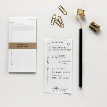 一枚ずつ剥がしてつかえるメモタイプのスケジュール。重たい手帳を持ち歩きたくないとき、一日分の予定を書いてお財布に入れておくなど、さまざまな使い方ができます。