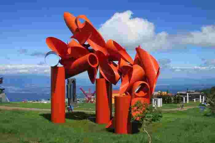 高さ14メートル、総重量36トンもある鮮やかな巨大彫刻は、ホメロス作とされるトロイアの戦いをモチーフとし、都市の崩壊と再生を象徴的に表現しています。