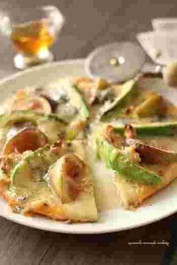 【アボカドと無花果のハニーゴルゴンゾーラピザ】 ほくほくでとろーりとしたアボカドと甘酸っぱいジューシーないちじく。ゴルゴンゾーラの塩気がよく合うフルーツピザは、デザートとしても、ワインのおつまみにもおすすめです。
