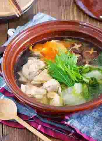 鶏肉とシンプルな調味料で作る簡単スープは、さっと作れるので時短にも役立つお鍋レシピです。分量が覚えやすく設定されているので、リピートで作りやすいでしょう。疲れた日のお鍋にいかがでしょうか♪