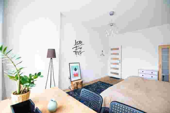 壁は部屋の中でも面積が大きく存在感のある部分ですよね。そんな壁の雰囲気を変えることで、インテリアを大きく変えずに模様替えをすることができますよ♪