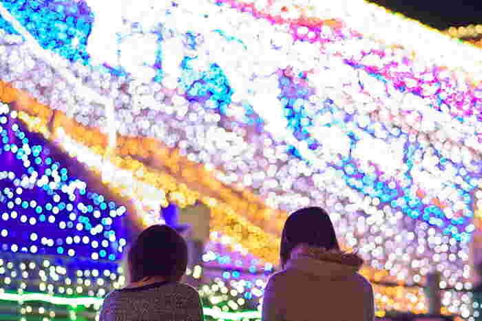 鳥取砂丘は、冬になるとイルミネーションを楽しめるスポットに変身します。 2003年から「鳥取砂丘イリュージョン」と題し、2017年で15回目を迎えるこのイベントは、毎年様々な趣向を凝らした電飾で私達を楽しませてくれます。