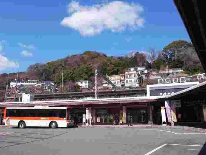 湯河原へは、横浜駅からJR東海道本線快速「アクティー」で約62分、JR特急「踊り子」で約60分でアクセスできます。東京駅からも約90分と近いので、朝ゆっくり出発しても午前中には到着しますね。 また、駅からは湯河原の主要観光スポットまでのバスも出ているので、ぜひ活用してみてはいかがでしょうか?