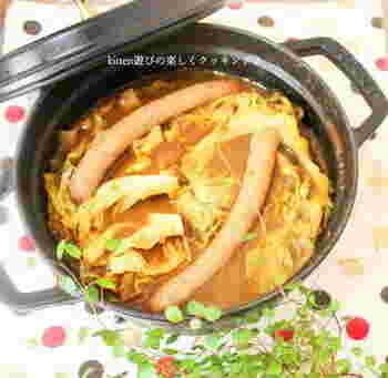 1/2玉のキャベツを半分にカットして、豪快に丸ごと煮込みましょう!トロトロになったキャベツがおいしいスープです。