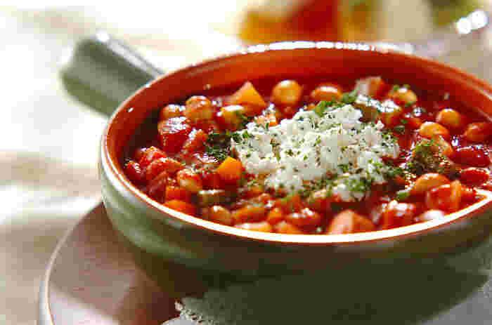 たっぷりの大豆と野菜を煮込んだピリ辛なメキシカン料理は、男性にも人気! お酒との相性も◎ 市販の水煮大豆缶を使えば、調理時間わずか30分でOK。