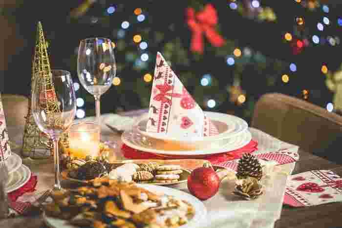 クリスマス本番は、家族が一堂に会す日。招待客はきちんとおめかしして出向きます。だから、どの家庭もマンマが腕をふるって自慢の料理でもてなします。きれいにテーブルセッティングし、前菜からメインディッシュまで一皿ずつ丁寧に料理が展開されていきます。