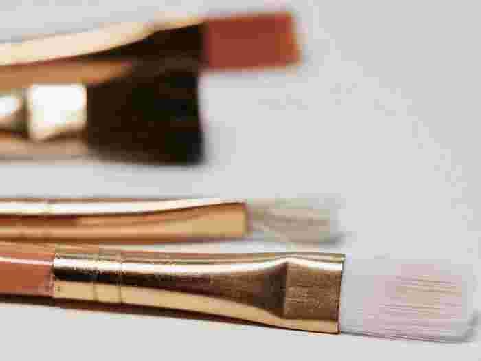 細かく塗れるブラシで伸ばすのが◎。馴染ませるときはスポンジを使って優しくトントンしましょう。あまりしすぎるとコントロールカラーが全部取れてしまうので軽くに抑えて。