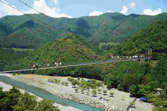 十津川の上にかかる高さ54m・長さ297mの吊り橋。周囲を山に囲まれ、美しい自然が広がります。鉄線で造られているものの、歩くたびに揺れるのでスリルも楽しめます。