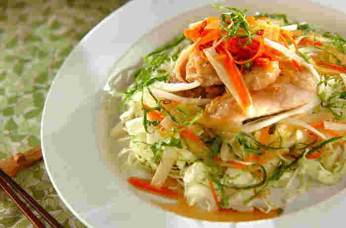 ホームパーティー用のサラダとしてもおすすめ!鶏胸肉×キャベツのおしゃれなマリネのレシピ。  たまねぎ・セロリなどを加えることで、野菜のシャキッとした食感と栄養価を高めています。 仕上げににんじんを添えて、見た目も華やかな一品に。マリネ液の作り方をマスターしておくと、シーフードのマリネにアレンジしたりと献立の幅が広がります。