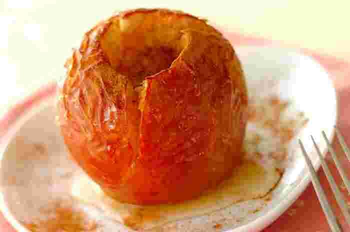 りんごをまるごと焼けるのがオーブン調理の魅力ですね。 バニラアイスをのせてもおいしそうですね。