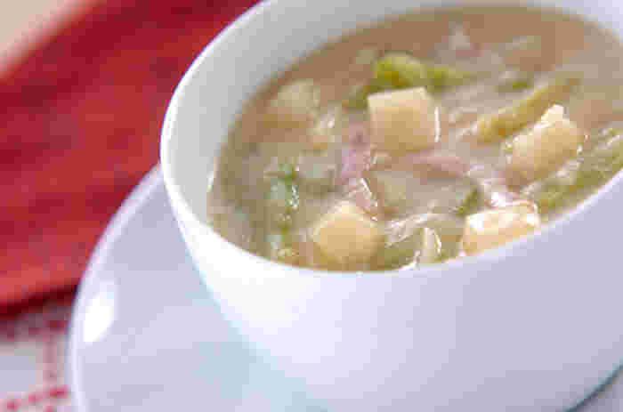 無調整豆乳を使ったやさしい味わいの、ベーコンやじゃがいもなど具沢山の洋風お味噌汁スープです。