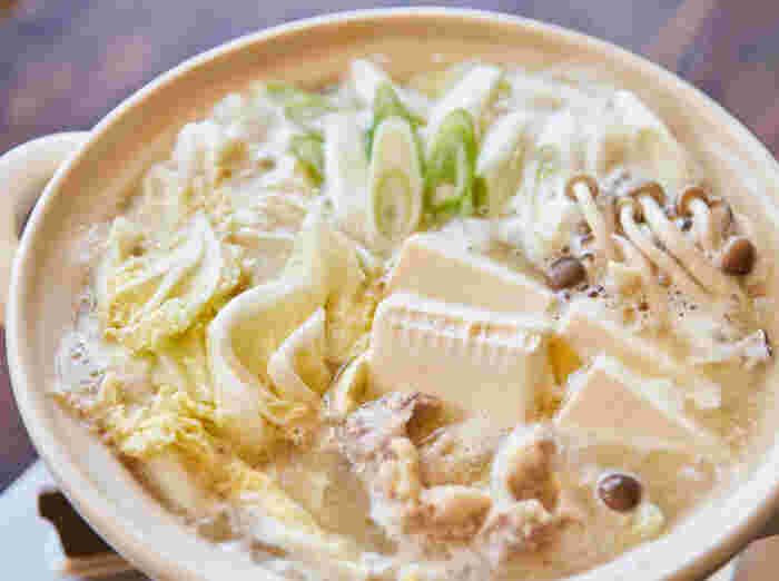 こちらのレシピはだし汁に温め効果のある<生姜>と<味噌>を組み合わせ、さらに栄養価の高い甘酒をプラスした、その名も「温活発酵鍋」です。長ねぎ、白菜、しめじ、鶏肉、豆腐などのあっさりした具材とコクのあるスープがとても良く合います。お好みで<豆板醤>を加えて、ピリ辛にしても良いそうですよ。熱々のお鍋で、芯まで冷えた体もほっこり温まりそうな一品です。
