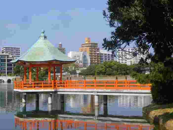 大濠公園は、日本国内でもめずらしい「大きな池」を有する水景公園。周遊道や遊具のある遊び場などが池を囲み、どこにいても水辺の清々しさを感じられる、気持ちの良いスポットです。