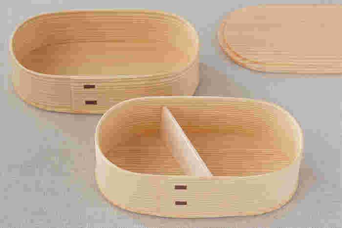 「大館曲げわっぱ」は、秋田県に江戸時代から伝わる技術で、秋田県に生えている秋田杉を使って作られる曲げわっぱです。秋田杉を薄くしたものを曲げ、円筒形にしたものをいい、主にお弁当箱やおひつとして使われています。昭和55年には世紀に伝統工芸品として指定されています。