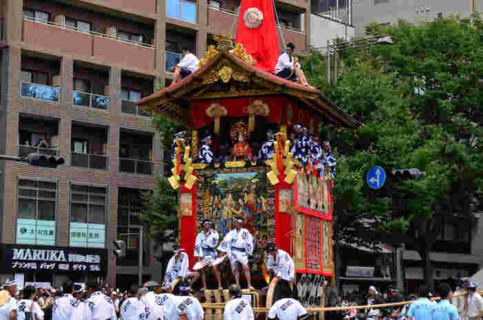 山鉾巡行の日は、祇園祭のハイライトです。みなぎる熱気の中、大きな鉾がゆっくりと四つ角を回ってゆく様は迫力満点です。