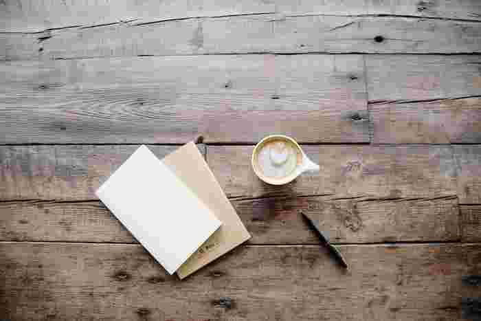 お菓子を焼いて冷ましている間、親しい人に手紙を書いてみませんか? 手紙は敷居が高いと感じるならば、葉書にイラストを描いて一言添えるだけでもOK。何が書いてあるわけでなくとも、手紙をもらうと嬉しいもの。普段はメールで済ましている人も、肩肘張らない手紙を書いてみてはいかがでしょう。